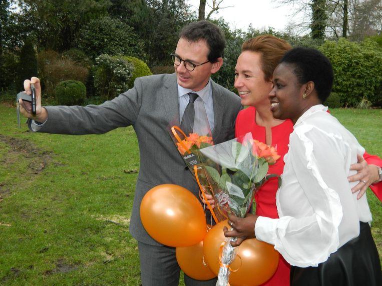 Nationaal voorzitter Wouter Beke neemt een selfie met Mariama Sylla en lijsttrekker Valerie Taeldeman.