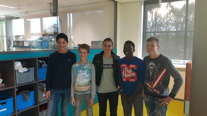 Vanity Lewerissa met leerlingen van het Elde College.