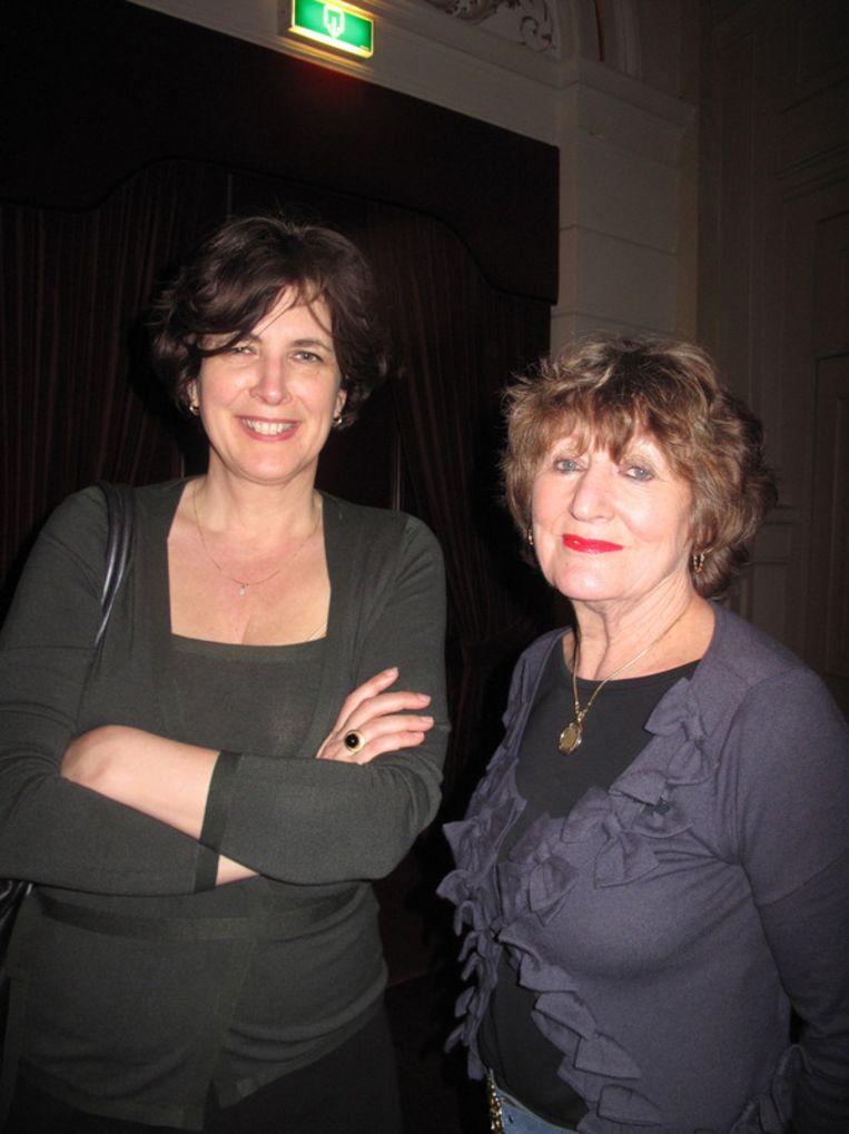 Niet zo stille kracht Miriam Otten, woordvoerder van Cohen, met naast haar rechts Hedy d'Ancona. Beeld null