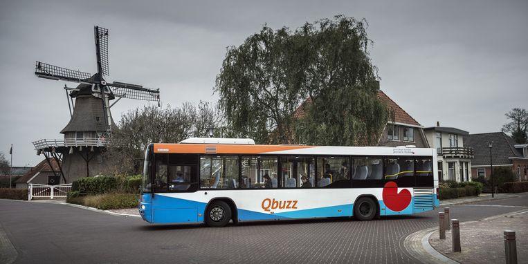 Een bus van Qbuzz in het Friese Noordwolde. Beeld Kees van de Veen