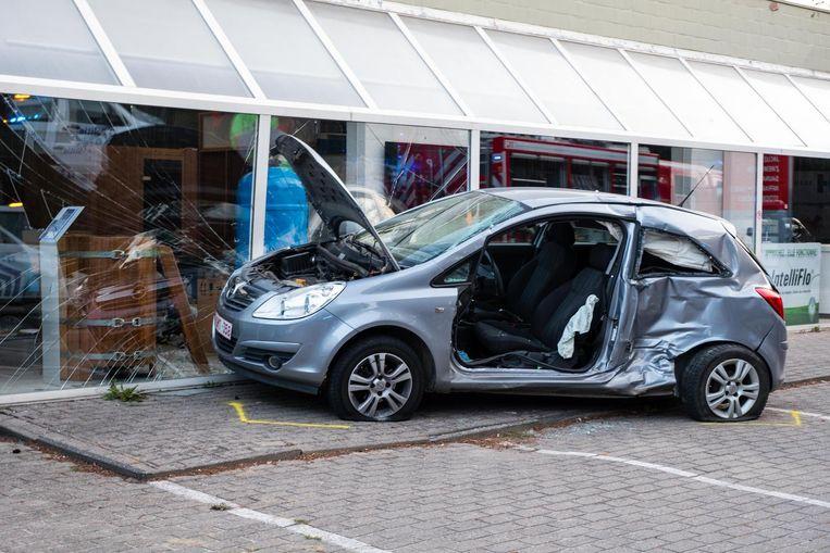De jonge bestuurster van de Opel Corsa raakte zwaargewond.
