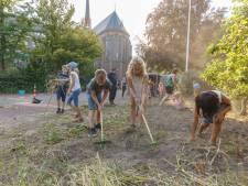 Kinderen tuinieren binnen muren van Zwols klooster