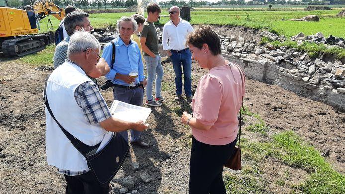Start reconstructie Kasteel van Wouw. Wethouder Inge Raaijmakers krijgt uitleg van René Hermans van de Stichting Kasteel van Wouw.