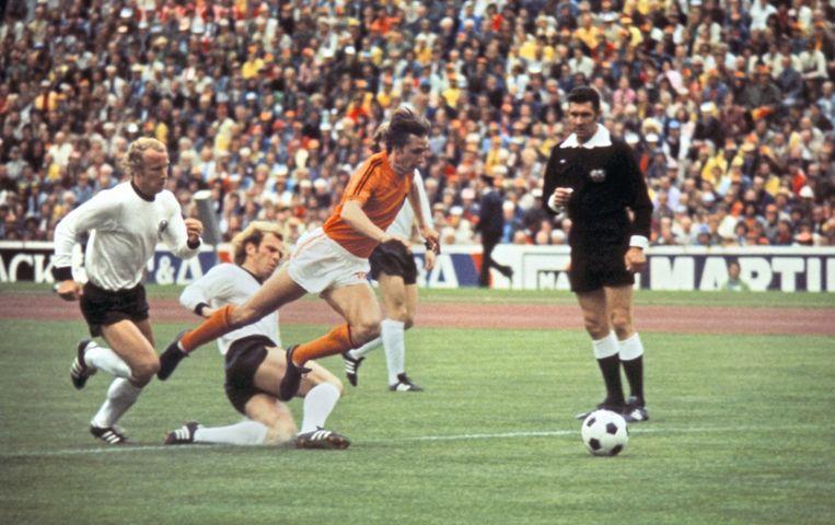 WK-finale 7 juli 1974 tegen West-Duitsland. Cruijff in de eerste minuut gevloerd: penalty. Nederland verliest uiteindelijk met 1-2. Beeld anp