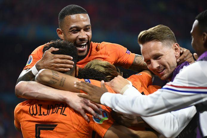 Het Nederlands elftal viert de 1-0.