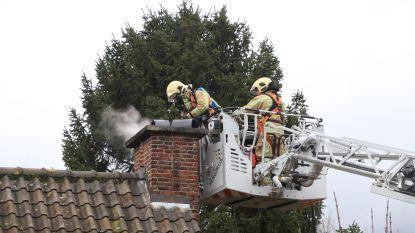 Brandweer kan erger voorkomen bij schouwbrand aan Voorhout