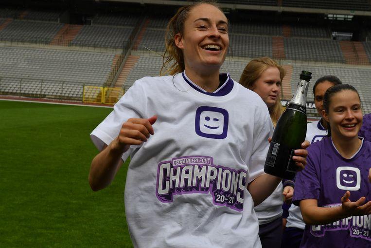 Tessa Wullaert viert de titel met champagne. Beeld GEERT TRESIGNIE
