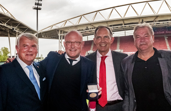 Wethouder Sport Paulus Jansen (tweede van rechts) reikte de Sportpenning uit aan Wilco van Schaik, die afscheid neemt als directeur van FC Utrecht. Van Schaik krijgt de Sportpenning voor zijn maatschappelijke verdiensten in de Utrechtse sportwereld. Rechts clubeigenaar Frans van Seumeren.