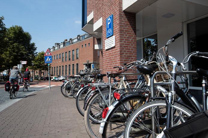 Fietsen geparkeerd bij 'fietsnietjes' aan de De Overwelving in Zutphen, vlakbij de C&A.