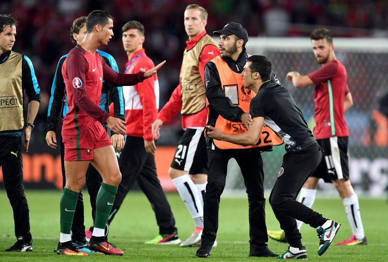 De supporter die na de wedstrijd op de foto wilde met Ronaldo. Beeld ap