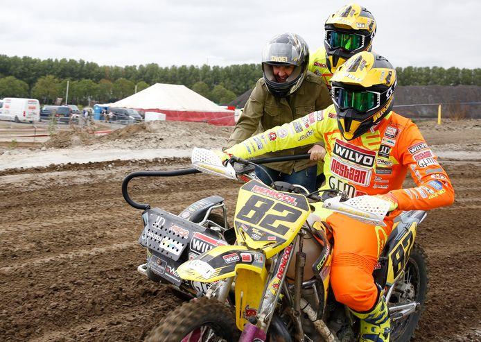 Special Day 2018 voor mensen met een lichamelijke en/of verstandelijke beperking op het Finland-motorcircuit; Natasja Vink (links) van de Tragel in Hulst mocht meerijden met wereldkampioen Etienne Bax (rechts) en bijrijder Kaspars Stupelis.