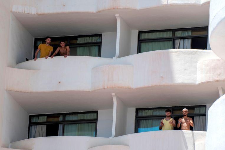 Jongeren in het quarantainehotel op Mallorca. Beeld EPA