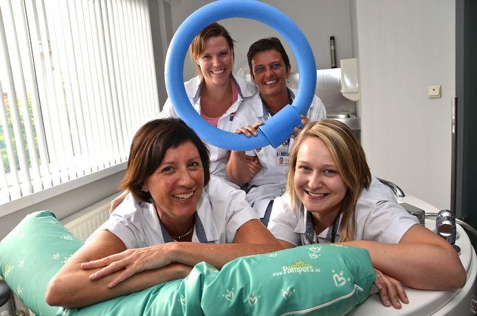 Babyboom in het AZ Delta van Menen. Vier vroedvrouwen in het verloskwartier. Hoofdvroedvrouw Heidi Loyson staat rechts achteraan.