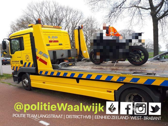 De motor van de 31-jarige Waalwijker werd ook in beslag genomen, nadat hij werd betrapt op een forse snelheidsovertreding.