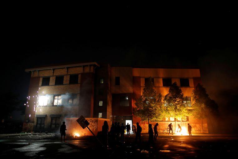 Het politiekantoor gaat in vlammen op. Beeld REUTERS