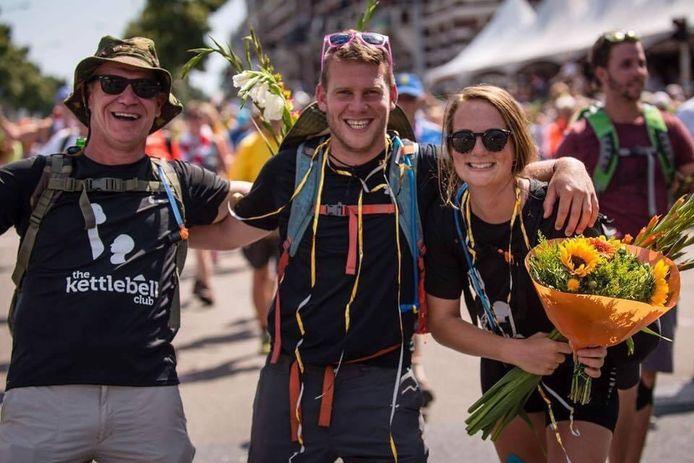Sven van Maassen (in het midden) met zijn vader en zijn vriendin.