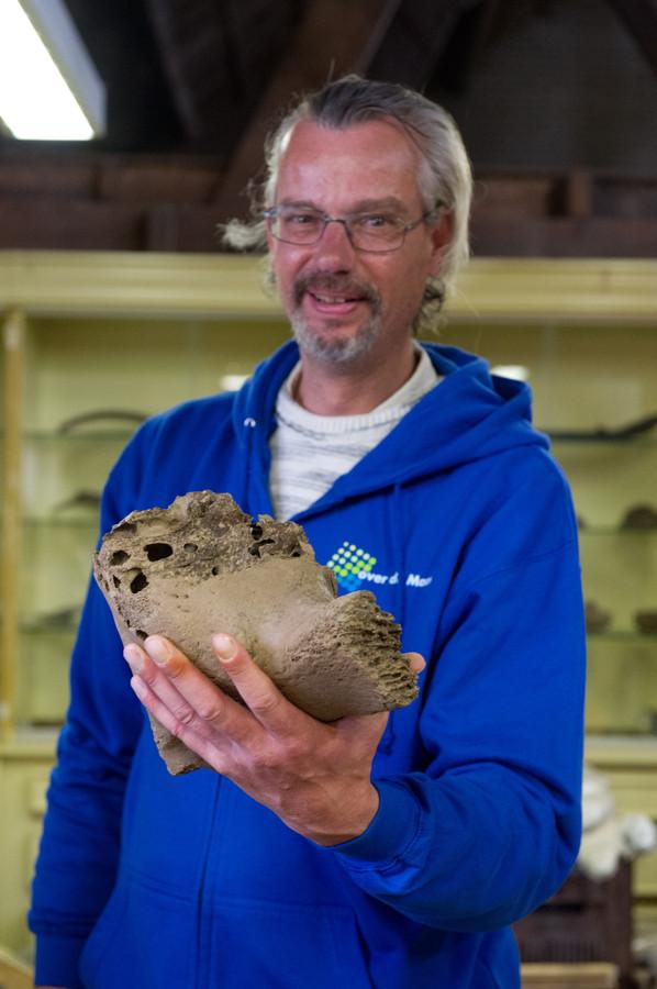 Een amateur-archeoloog met een stuk mammoetschedel.