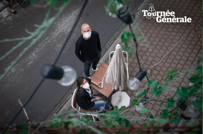 """Vanja en Christophe, uitbaters van Marloo's,  stomen hun terras klaar voor de heropening komend weekend. """"Met het weer zal het spannend worden."""""""