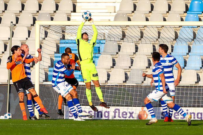 De Graafschap-doelman Rody de Boer bokst een voorzet weg tegen FC Volendam.