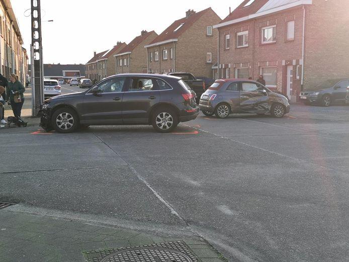 Op een kruispunt op de Tuinwijk in Meulebeke kwam het tot een botsing tussen 2 auto's.