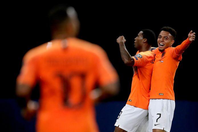 Donyell Malen viert de 2-4 met doelpuntenmaker Georginio Wijnaldum. Aangever Memphis Depay is in aantocht om het feestje mee te vieren.