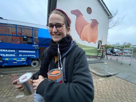 Jori van Boxtel voor haar muurschildering. Ze is sinds maandag bezig en heeft nog een paar dagen te gaan.