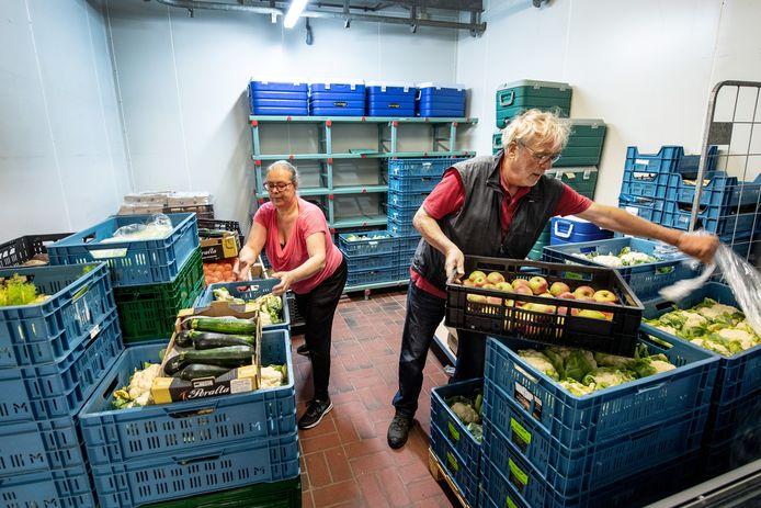 Vrijwilligers aan het werk in de Voedselbank in Groesbeek.
