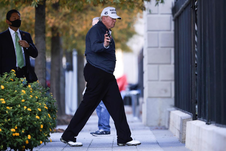 President Trump komt thuis na een rondje op de golfbaan, waar hij zojuist heeft vernomen dat Joe Biden de verkiezingen heeft gewonnen. Beeld REUTERS