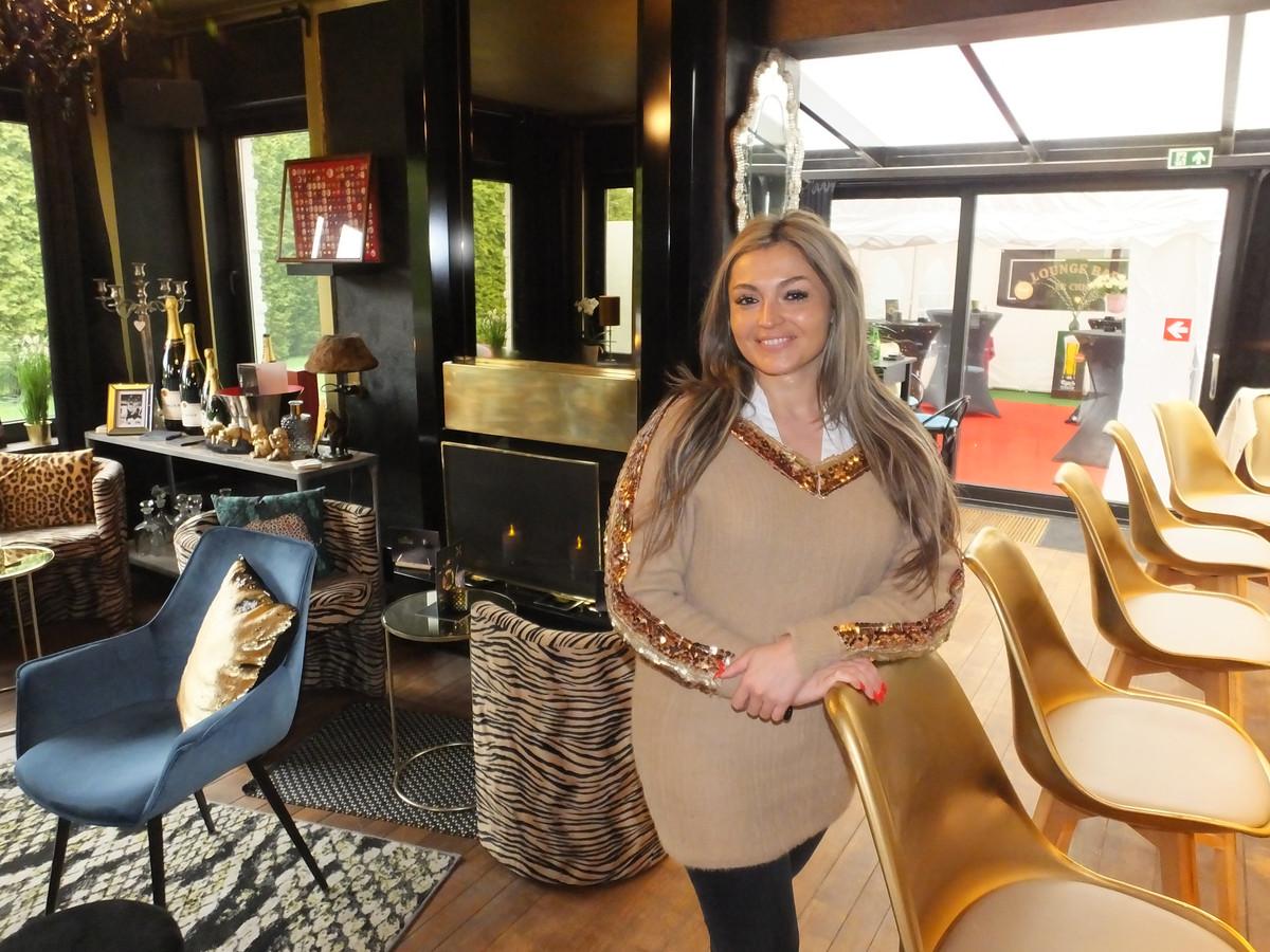 Daphné De Temmerman in haar nieuwe horecazaak Le Chic met zetels in tijgerprint en veel goud.