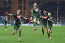 Napoli's Dries Mertens springt een gat in de lucht in zijn groene shirt.