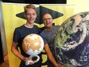 Pepijn van Diggelen en Tjeerd Roosjen, zijn leraar aardrijkskunde op het Baudartius college in Zutphen. Ze vieren de winst van Pepijn bij de landelijke Aardrijkskunde Olympiade in Nijmegen.