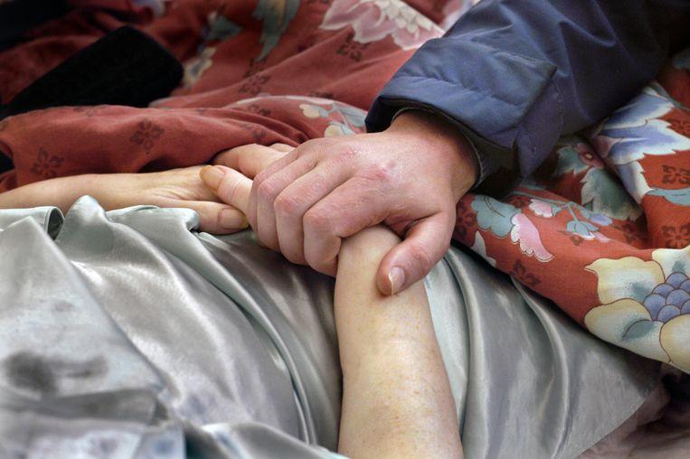 De huisarts bezoekt een terminale patiënt. Beeld Flip Franssen/Hollandse Hoogte