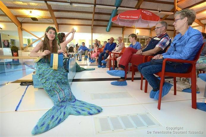 Zeemeerminnen bij het zwembad in Tubbergen. In Hengelo begint zwemschool Riva met een zeemeerminnencursus.