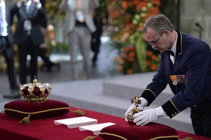 De tafel met de regalia die het gezag en de waardigheid van de koning symboliseren.