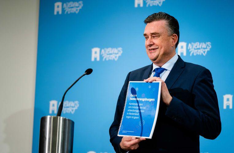 Emile Roemer, de voorzitter van het Aanjaagteam, biedt eind oktober zijn rapport met aanbevelingen over arbeidsmigranten aan bij minister Wouter Koolmees van sociale zaken en werkgelegenheid.  Beeld ANP