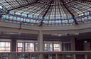 De glas-in-loodkoepel boven in het pand van de oude bibliotheek.