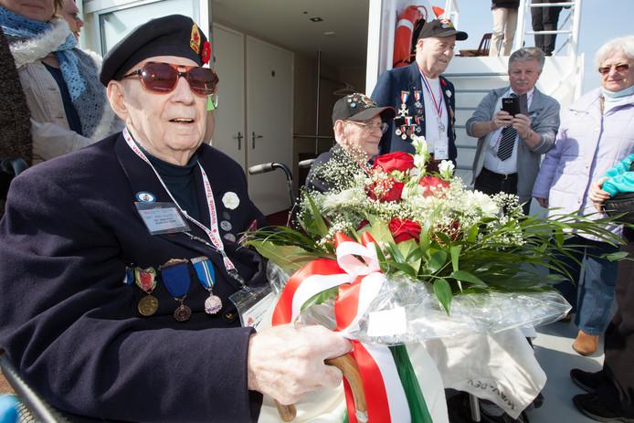 John MacLeod zit klaar om zijn bloemen in de IJssel te werpen bij een van de voorgaande herdenkingen in Nederland. De bloemen werden in de IJssel geworpen bij Gorssel, waar de Canadezen de IJssel hebben overgestoken. .
