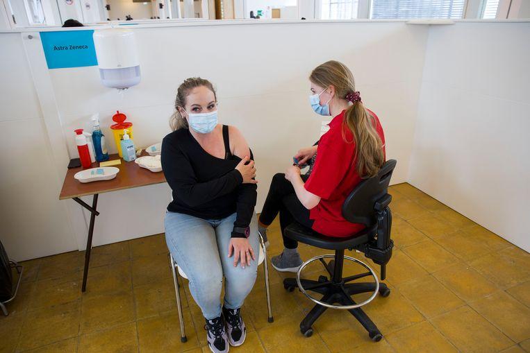 Vaccinatie met AstraZeneca in de monumentale Van Nelle Fabriek in Rotterdam. Beeld Arie Kievit/de Volkskrant