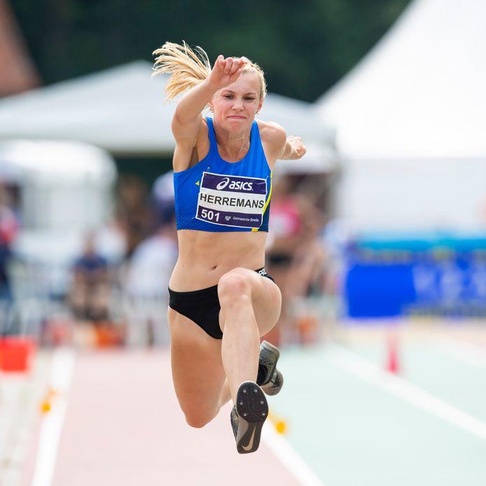 Maureen Herremans werd zondag Nederlands kampioene hinkstapspringen in Breda.