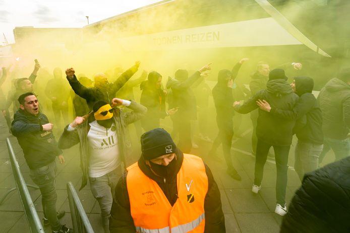 NAC-supporters voorafgaand aan het duel.