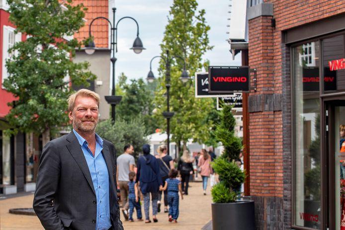 Directeur François Peeters in de winkelstraten van Designer Outlet Roosendaal. Ondanks de coronacrisis bleef de gevreesde dip op het park uit. Er volgt alleen wel uitstelling voor de uitbreiding van ongeveer 6.000 vierkante meter.