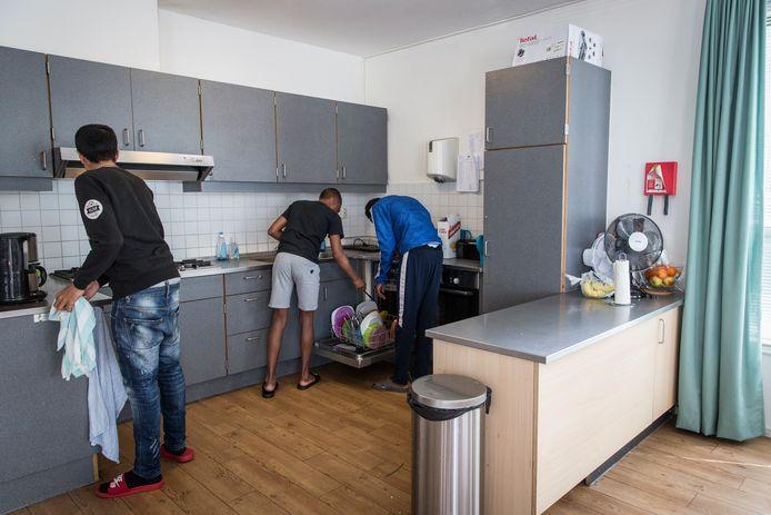 In Amsterdam is al sinds 2017 een kleinschalige voorziening waar jeugddelinquenten hun straf kunnen uitzitten. Jongeren uit de Drechtsteden en Gorinchem die een misdrijf begaan of in voorarrest zitten kunnen dit najaar ook in zo'n woning in Krimpen aan den IJssel terecht komen.