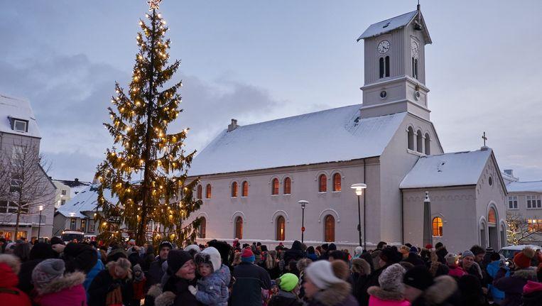 IJslanders bij een kerstceremonie voor de Domkirkjan, Reykjavík Catherdal, in het centrum van Reykjavík. Beeld null