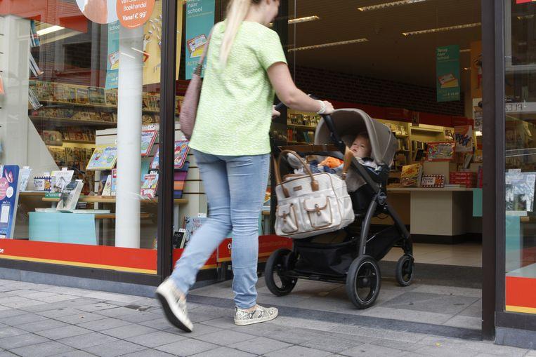 Dankzij het hellend vlak bij Standaard Boekhandel is het voor mensen met kinderwagens en rolstoelen makkelijk om de winkel binnen te rijden.