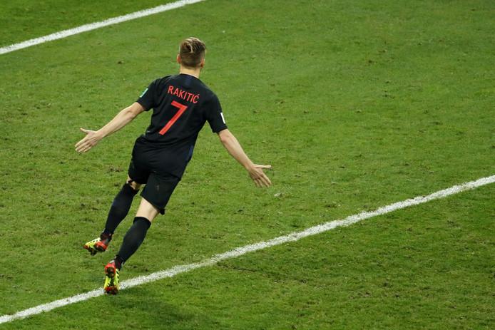 Rakitic juicht na het scoren van de winnende strafschop.