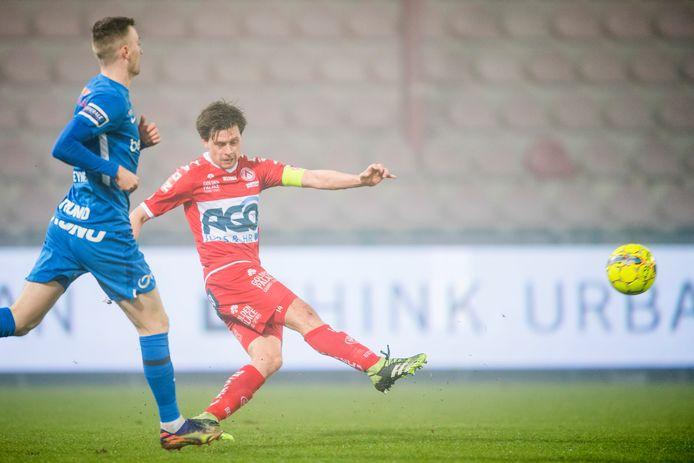 Het laatste beeld van Hannes Van Der Bruggen in het rood-witte shirt van KV Kortrijk tijdens de gewonnen thuiswedstrijd tegen Racing Genk.