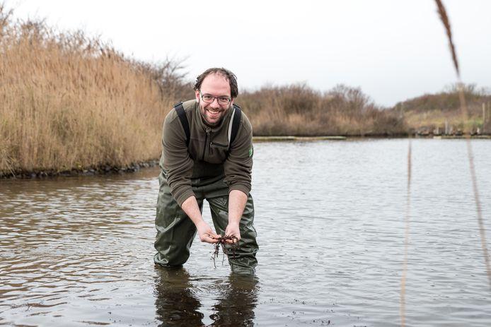 Boswachter Piet van Loon op de plek waar deze zomer het onderwaterbos in de Grevelingen moet verrijzen.
