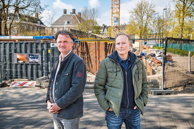 Amateurhistorici Jim Terlingen en Dennis Koopman bij het in aanbouw zijnde Holocaust Namenmonument in Amsterdam. Beeld Guus Dubbelman / de Volkskrant