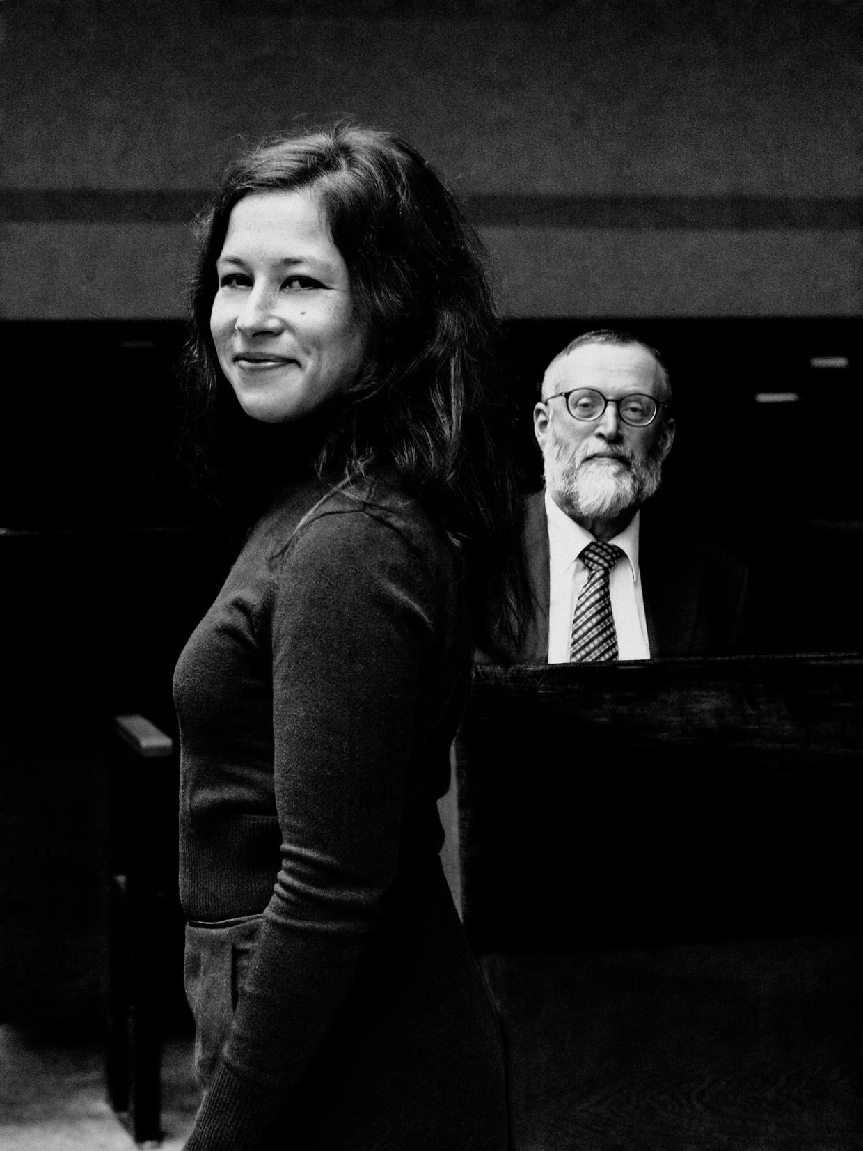 Presentatrice Esther Porcelijn en rabbijn Shmuel Katz.  Beeld Jitske Schols