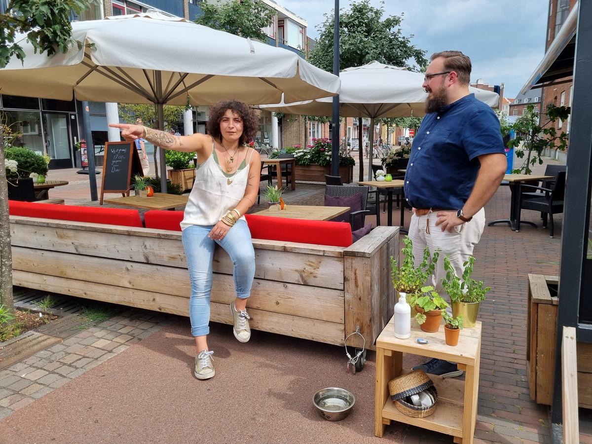 Canan Ünsal (links)  van Eetcafë Maïs en Niels Buitink van Restaurant De Galantijn hebben het fietspad langs hun panden in gebruik mogen nemen als terras.